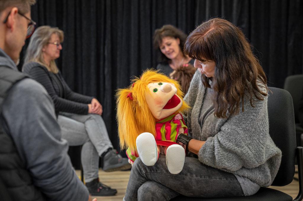 Teilnehmerinnen im Spiel bei einem Klappmaulpuppen-Workshop